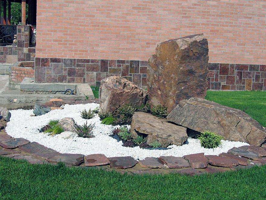 камни на газоне фото